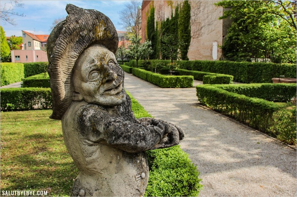 Une sculpture rieuse aux Hesperidengärten