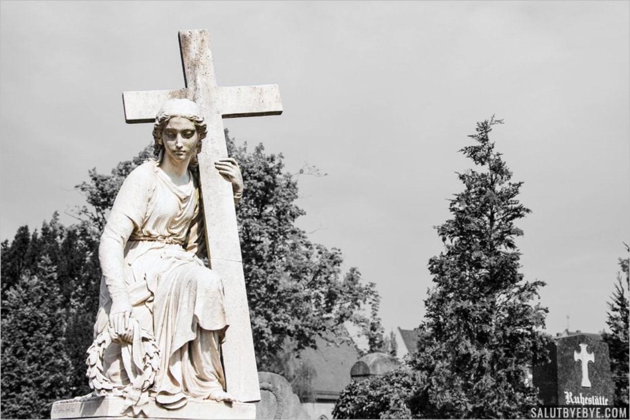 Porter sa croix... au sens propre - Sculpture du St Johannisfriedhof à Nuremberg