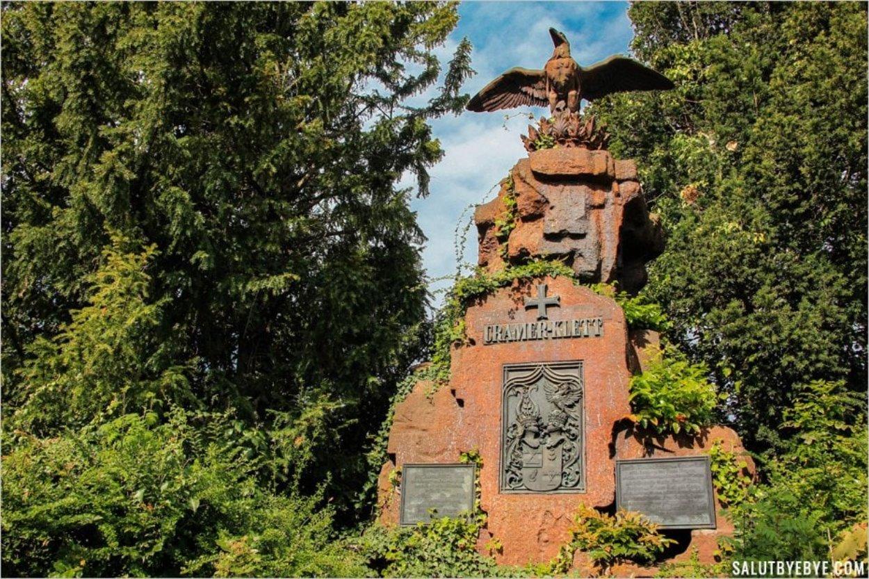 Une pierre tombale imposante au St Johannisfriedhof
