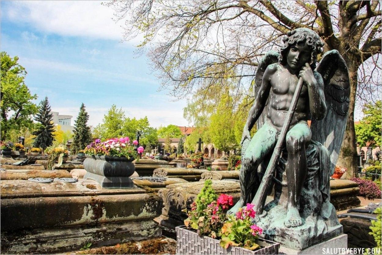 Sculpture et fleurs au cimetière Saint Jean