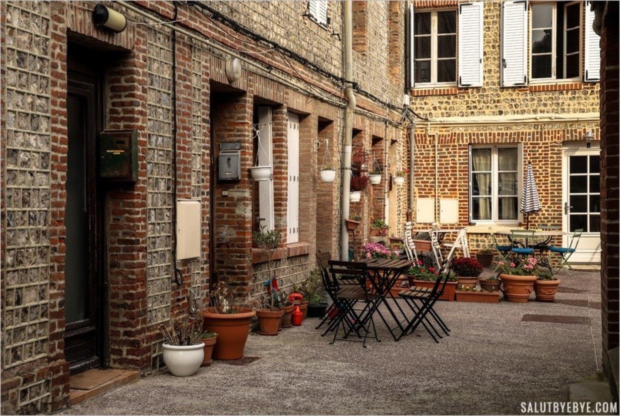 Une petite cour à Etretat en Normandie