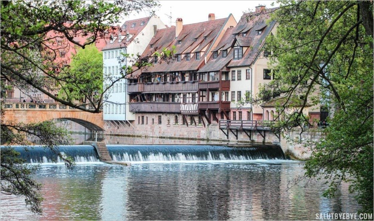 Vue sur la rivière Pegnitz depuis le Kettensteg à Nuremberg