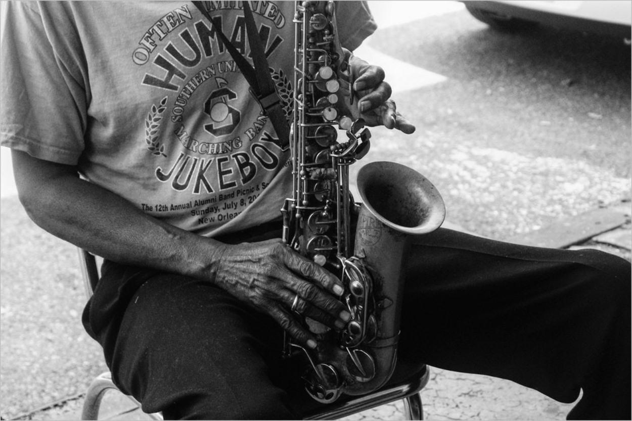 Un saxophoniste près du Café du Monde à la Nouvelle-Orléans