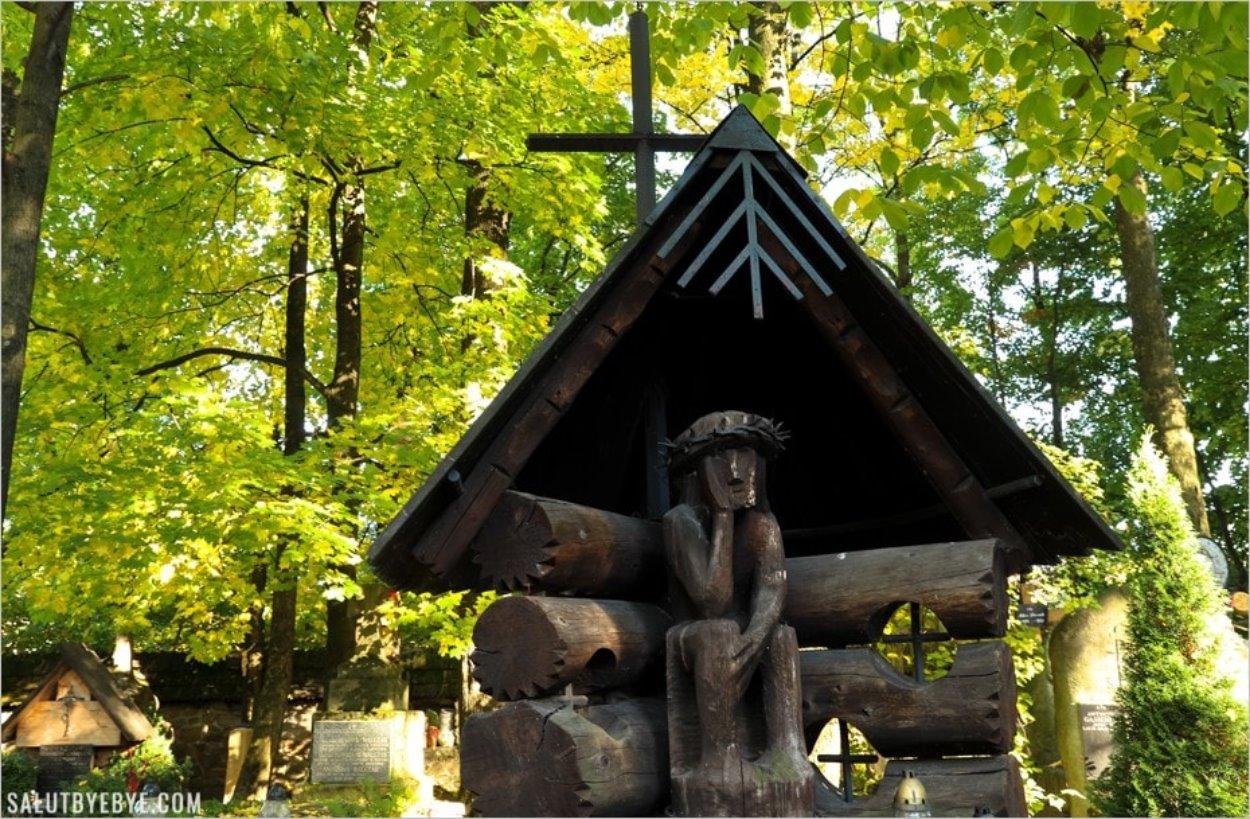 Le Christ assis dans le cimetière de Zakopane