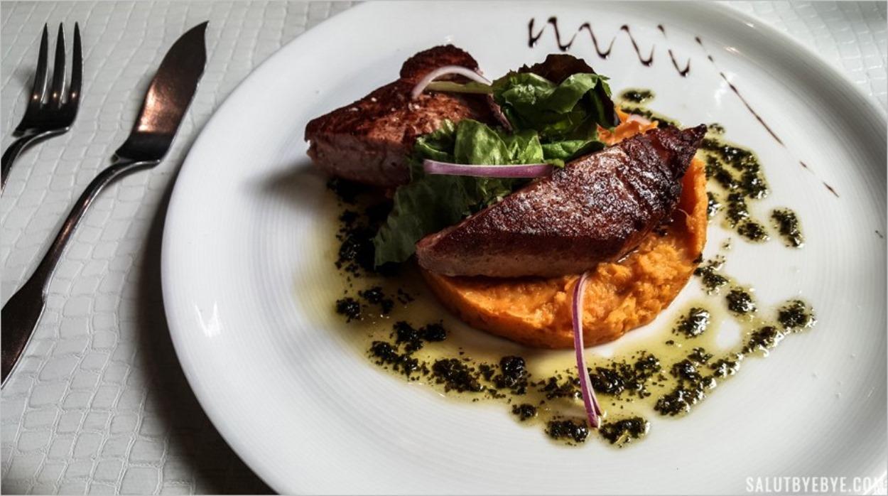 Un steak de thon fleur de sel et purée de patate douce - Restaurant Le Cours d'Eau à Etretat