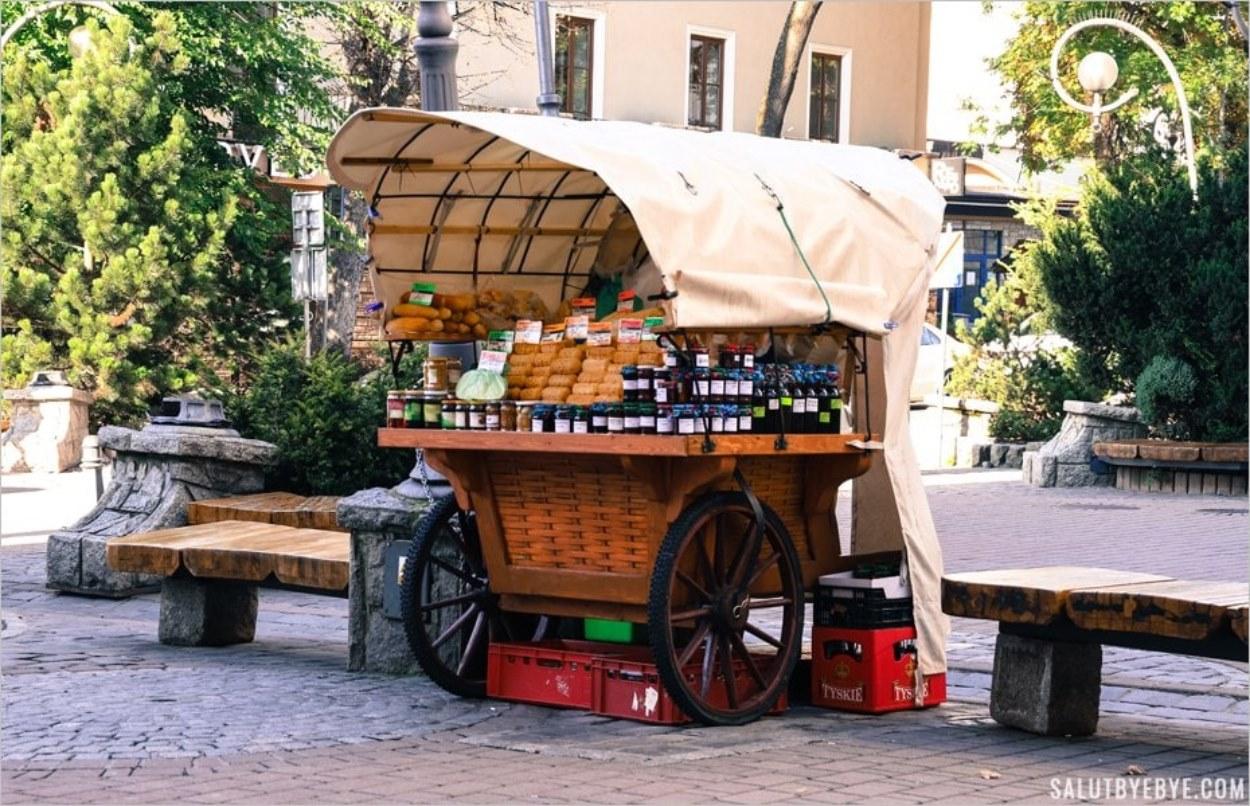 Un stand de rue vendant de l'oscypek à Zakopane