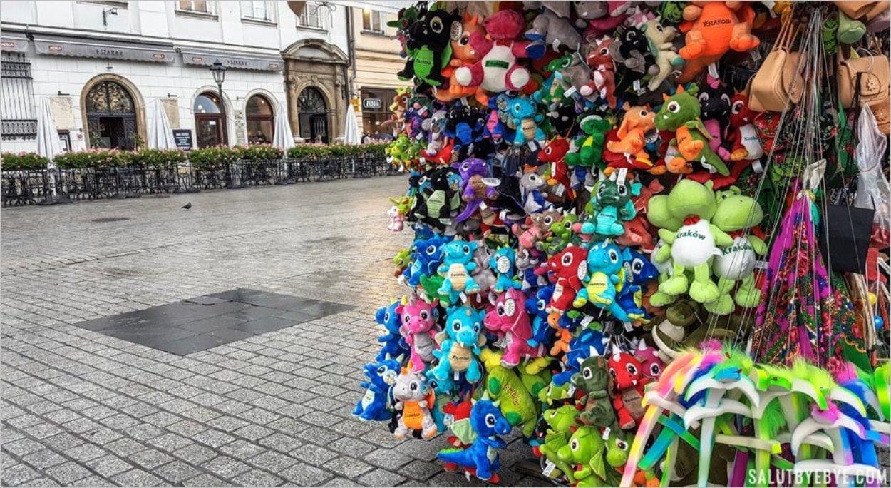 Les dragons vendus sur le Rynek Glowny à Cracovie