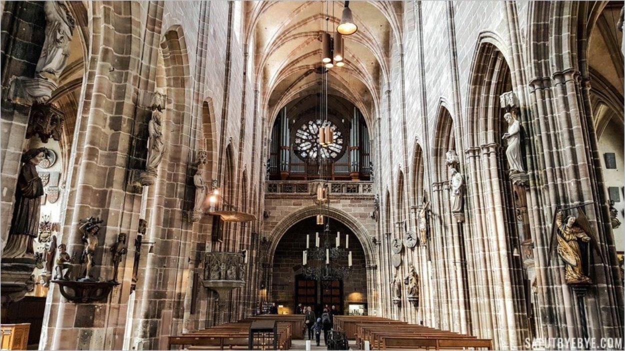 L'intérieur de la Lorenzkirche de Nuremberg et ses chandeliers