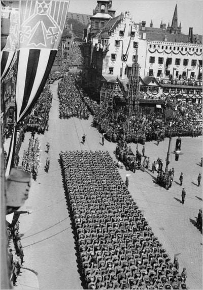 Une marche du NSDAP sur la place du Hauptmarkt