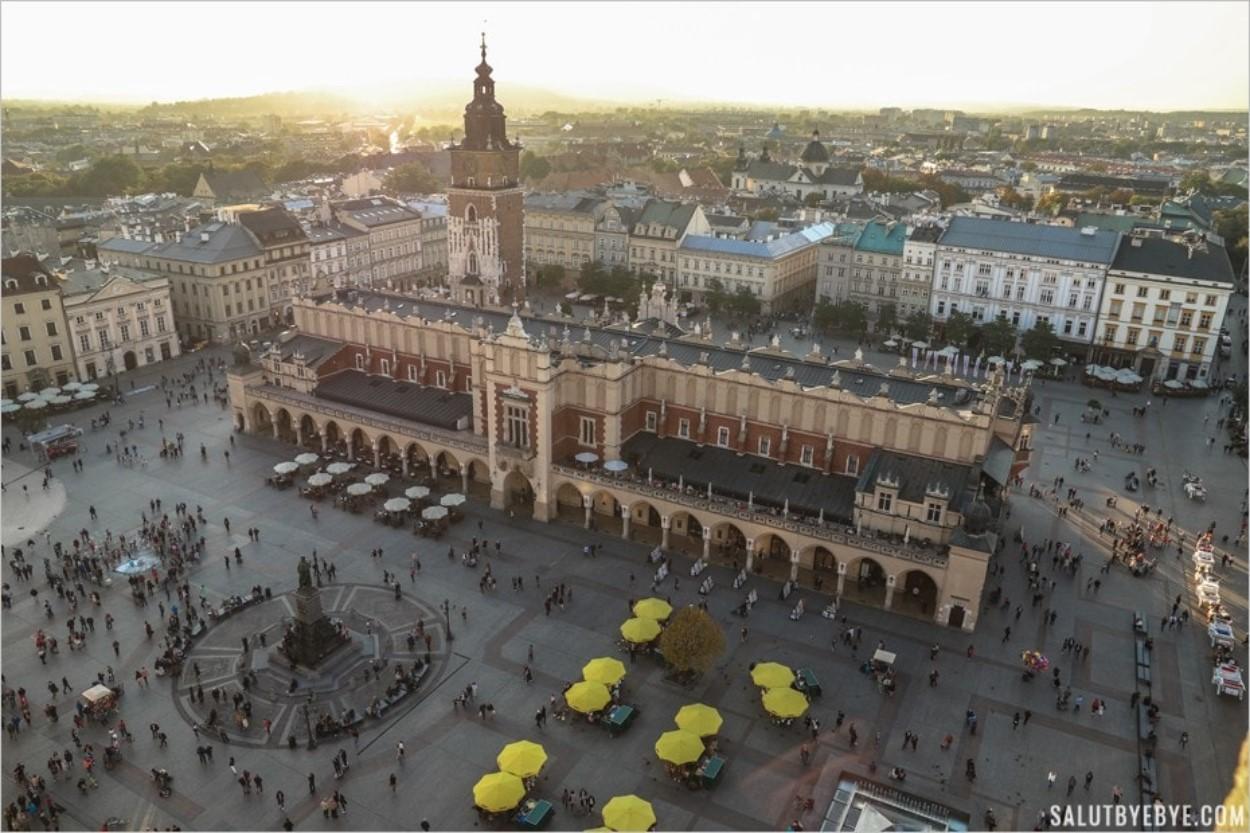 La place principale (Rynek Glowny) avec la Halle aux Draps (Sukiennice) à Cracovie
