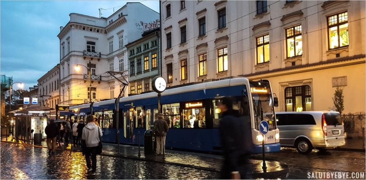 Un tramway par un soir de pluie à Cracovie