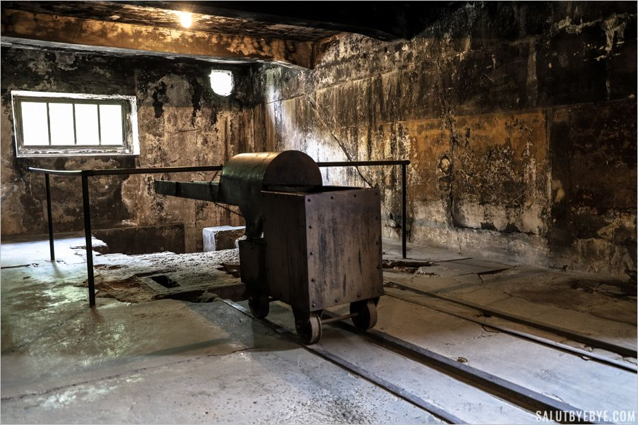 Dispositif permettant de placer les corps dans le four crématoire - Auschwitz I