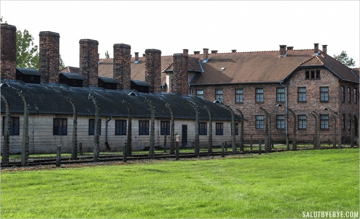 Entrée du camp Auschwitz I et bâtiment des cuisines