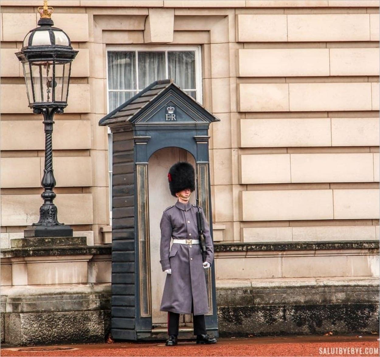 Un garde anglais devant Buckingham Palace