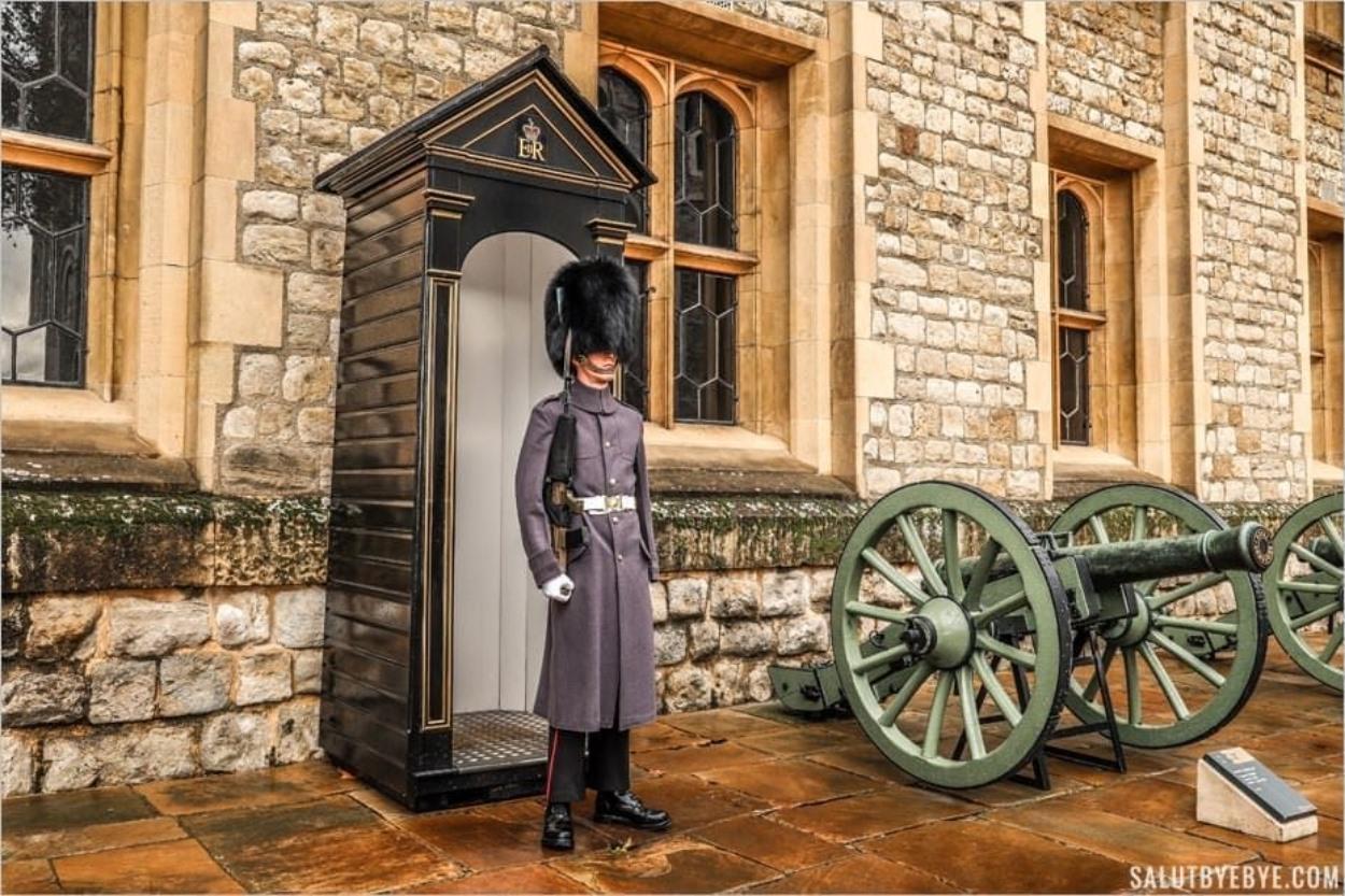 Un garde à la Tour de Londres