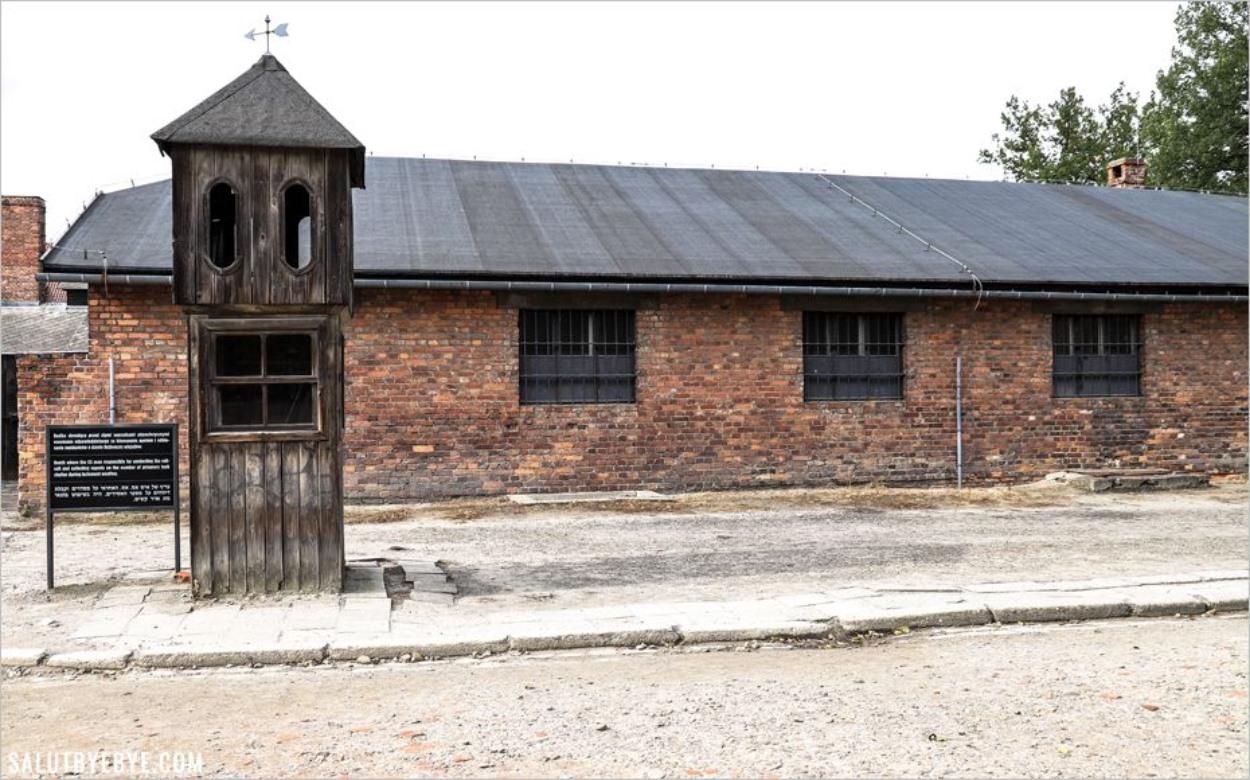 Guérite sur la place de l'appel à Auschwitz I