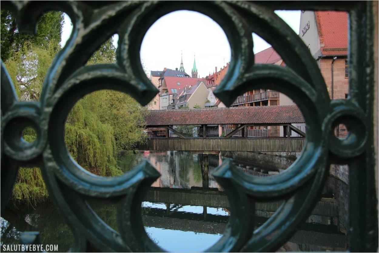 Petit pont de bois vu depuis le Maxbrücke à Nuremberg