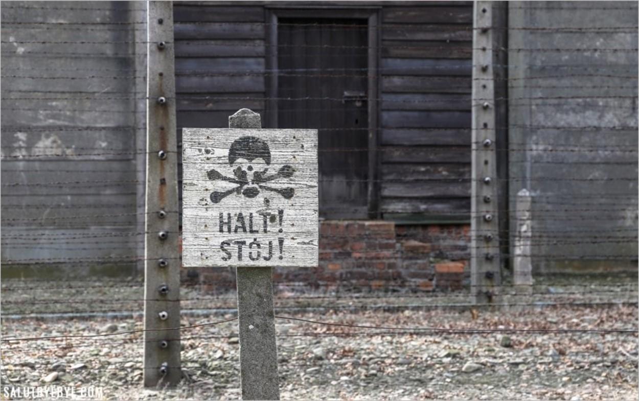"""Pancarte """"Halt !"""" pour interdire d'approcher les barbelés - Auschwitz I"""