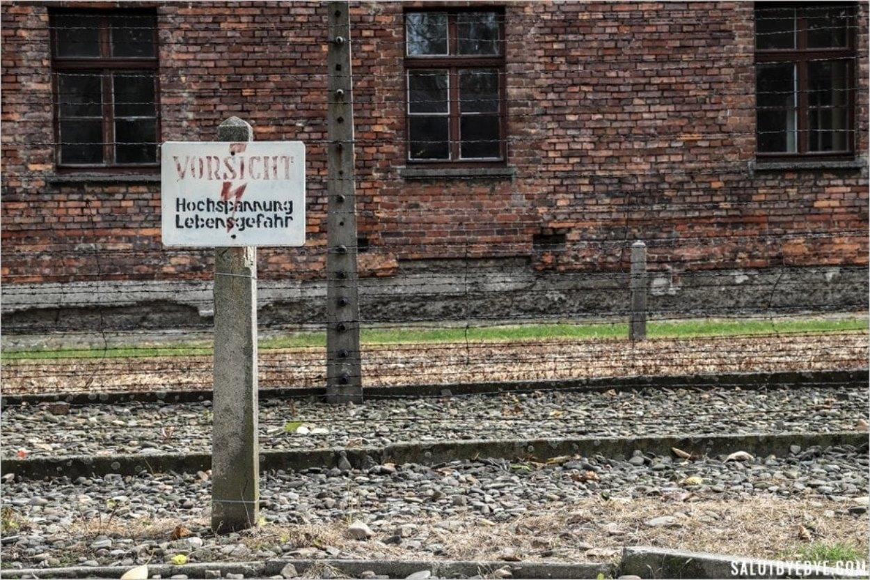 L'ironie d'une pancarte Lebensgefahr (danger de mort) à Auschwitz I