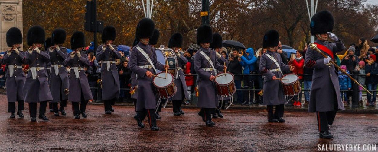 Les gardes marchant sur The Mall depuis St James' Palace