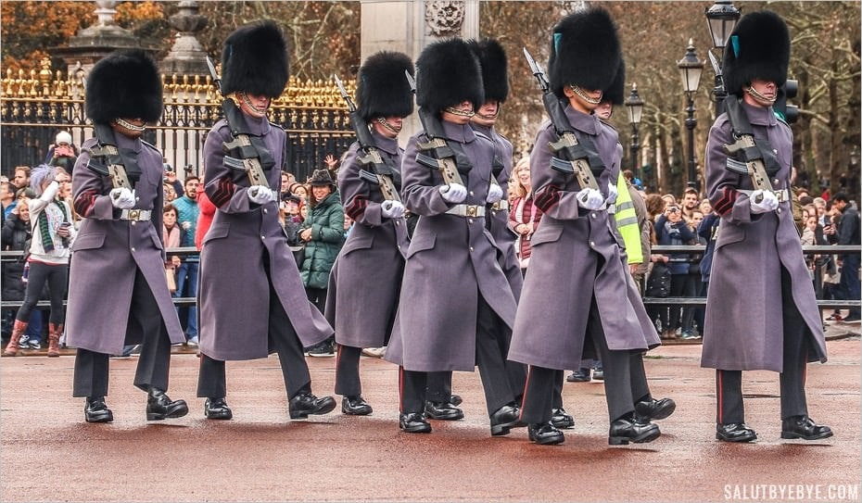 Relève de la garde devant Buckingham Palace