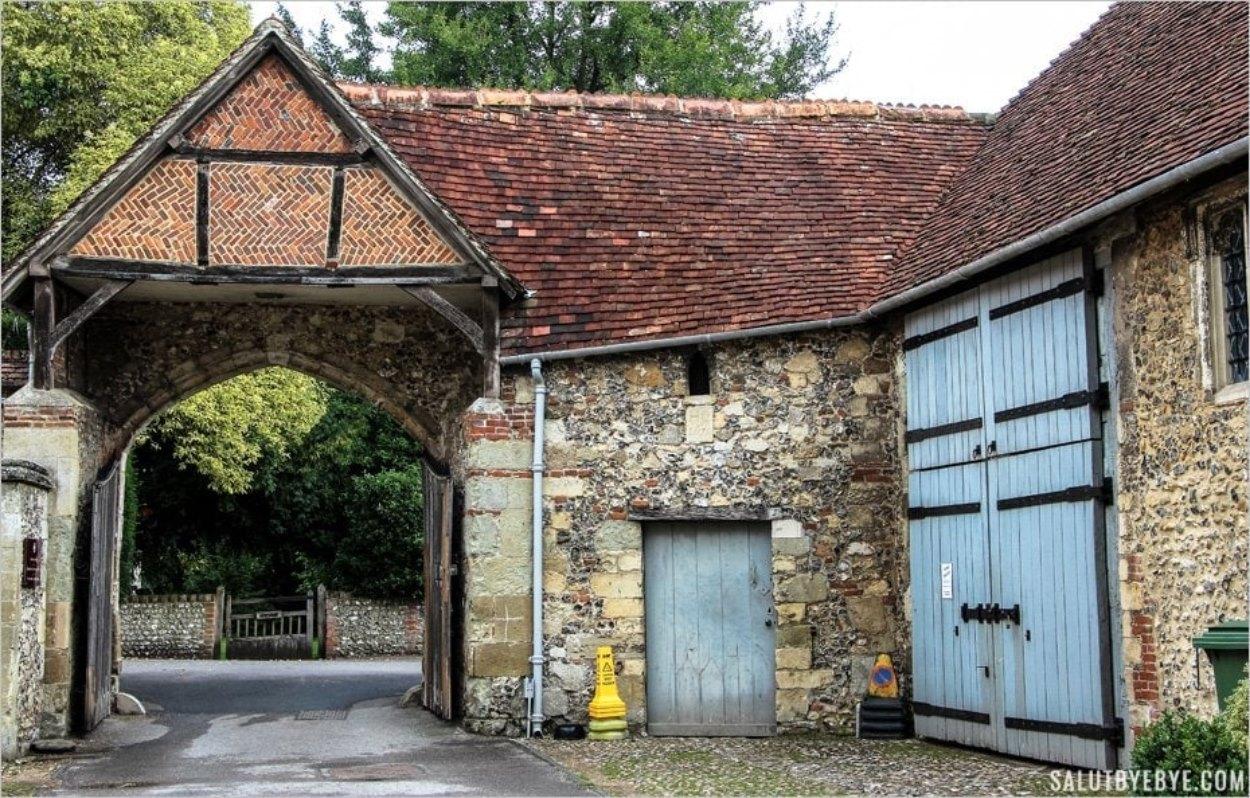 L'entrée du St Cross Hospital et, à droite, la porte de la Salle des Cent Hommes