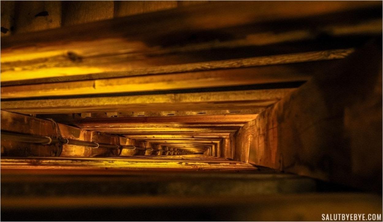L'escalier qui descend dans les mines de sel de Wieliczka