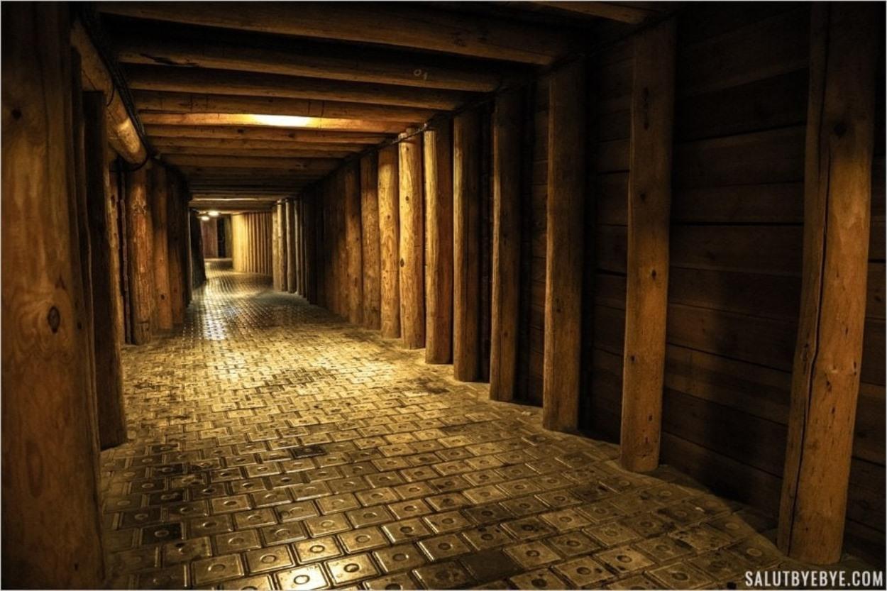 Un couloir avec un sol en pierre de sel à Wieliczka en Pologne