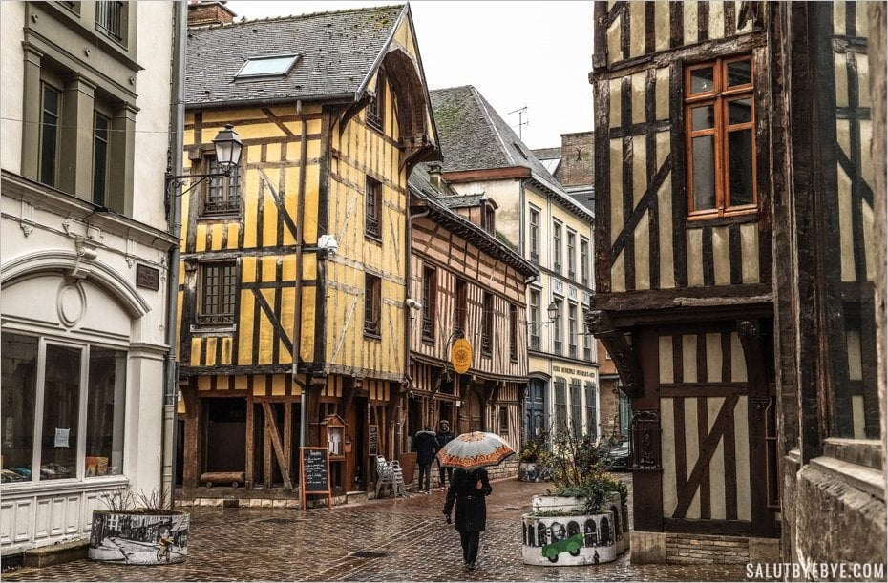 La rue Saussier à Troyes, jolie même sous la pluie