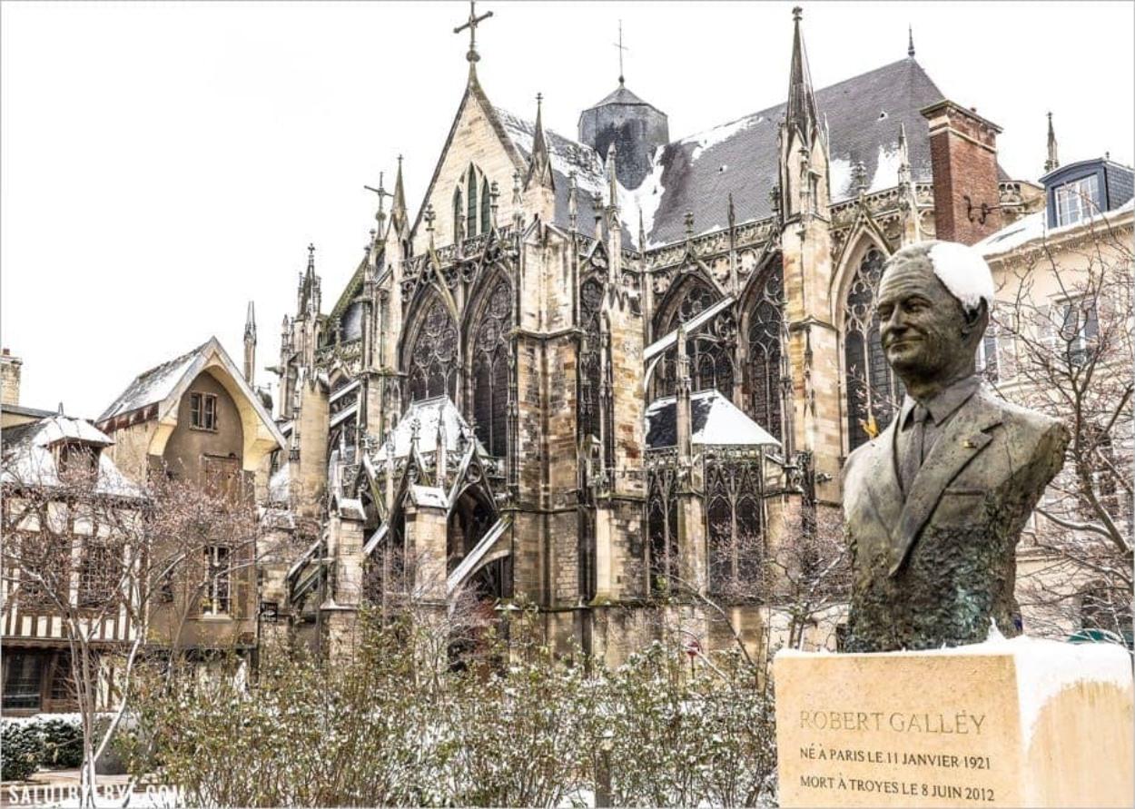 Place de La Libération et Basilique Saint-Urbain