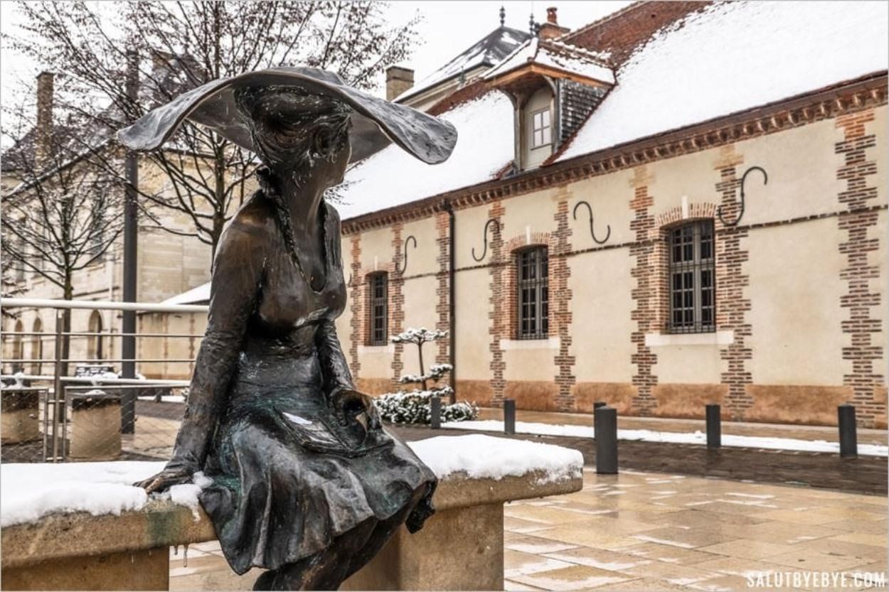 Lili de Troyes contemple la neige sur son banc