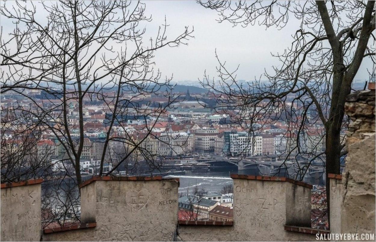 Vue depuis les remparts du Mur de la Faim à Prague