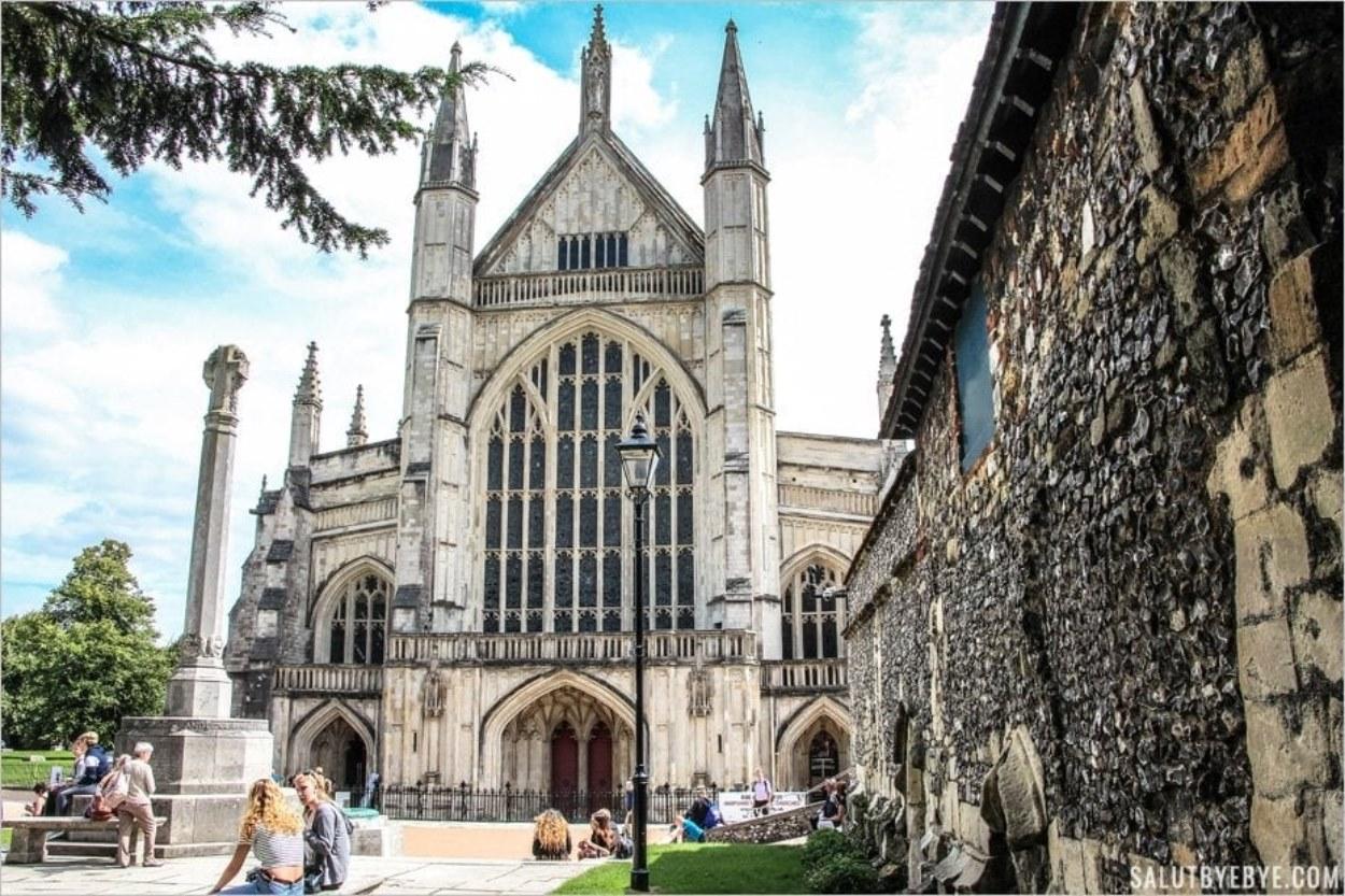 A l'entrée de la cathédrale de Winchester en Angleterre