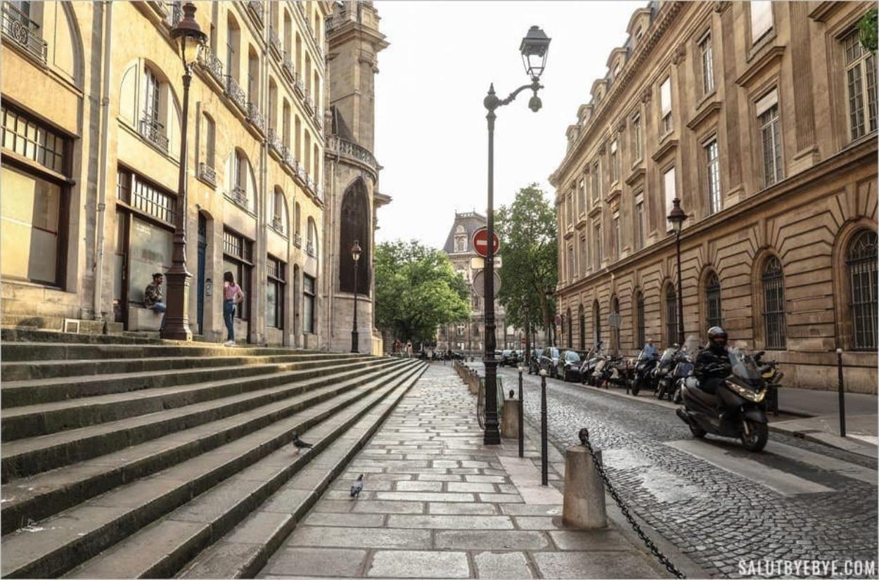 Escaliers de la rue François Miron dans le quartier Saint Gervais