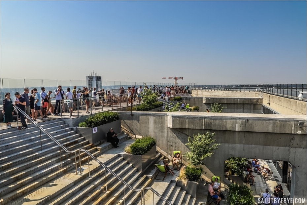 Les escaliers du toit de la Grande Arche à La Défense