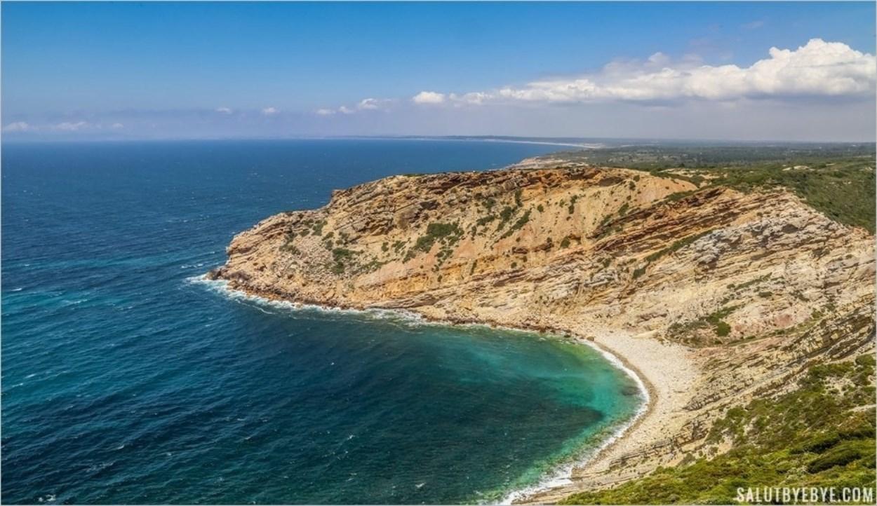 Les eaux d'un bleu profond du Cabo Espichel au Portugal