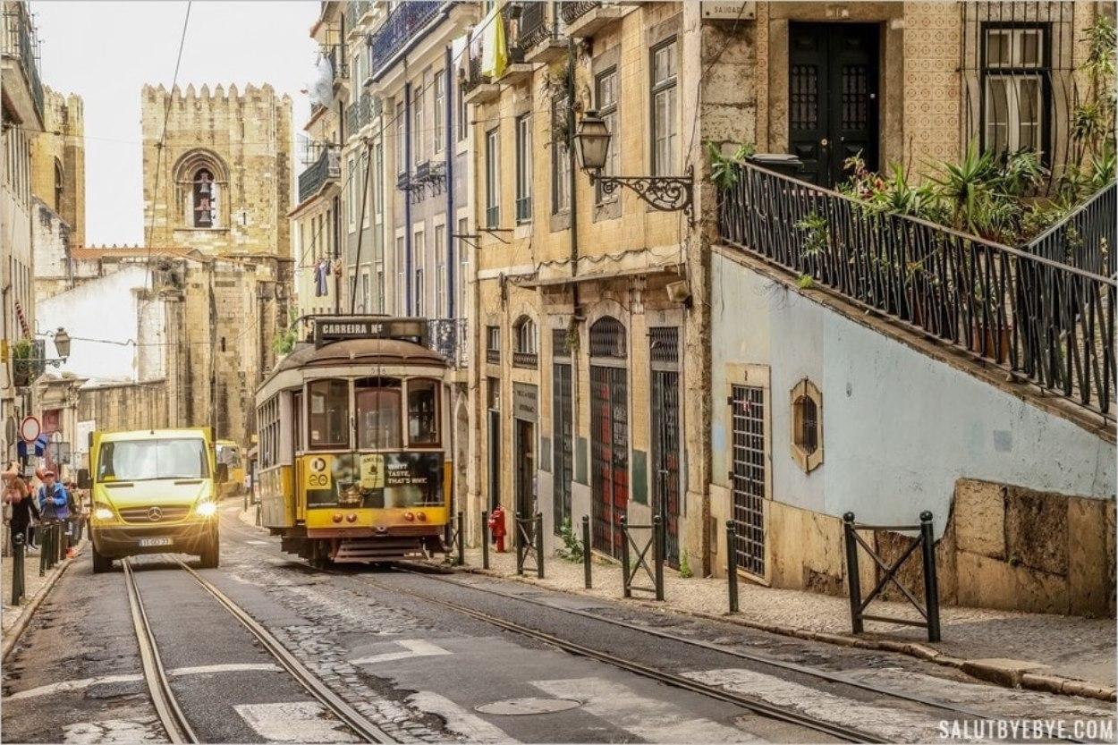 Tramway jaune dans une rue de Lisbonne