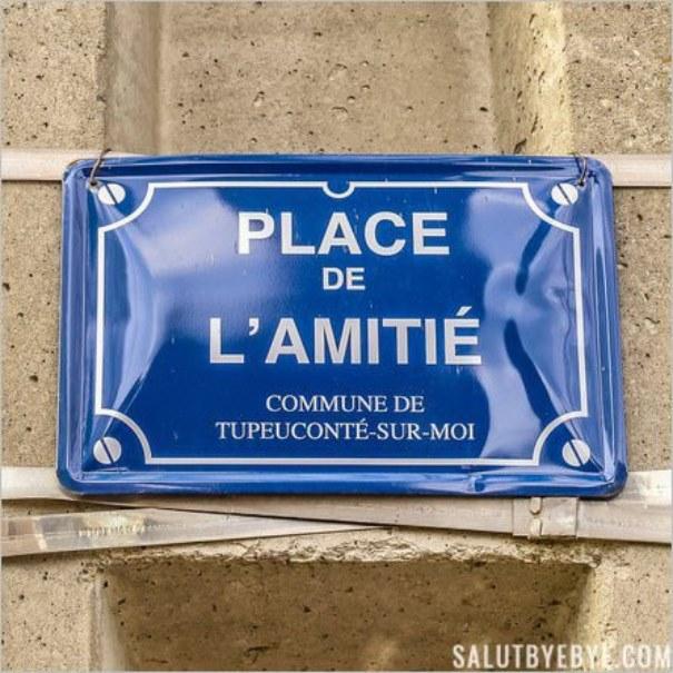 Pancarte au nom de l'amitié sur l'Avenue des Uzelles
