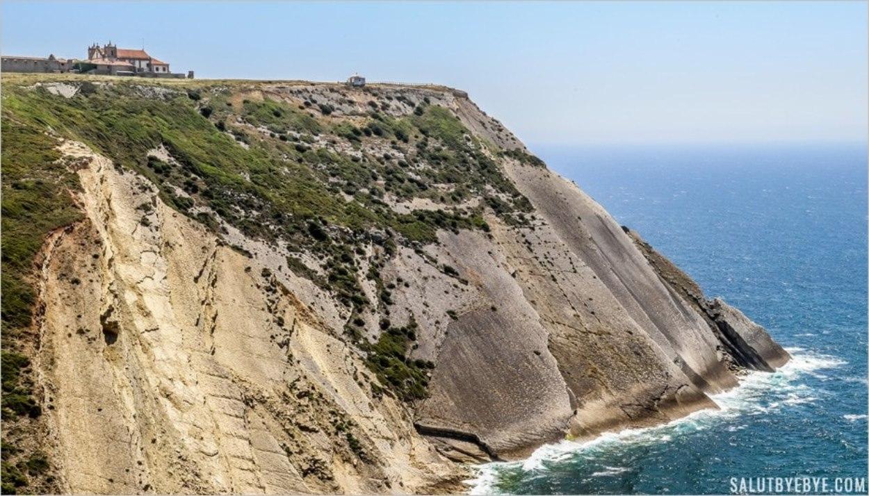 Les falaises du Cabo Espichel près de Lisbonne