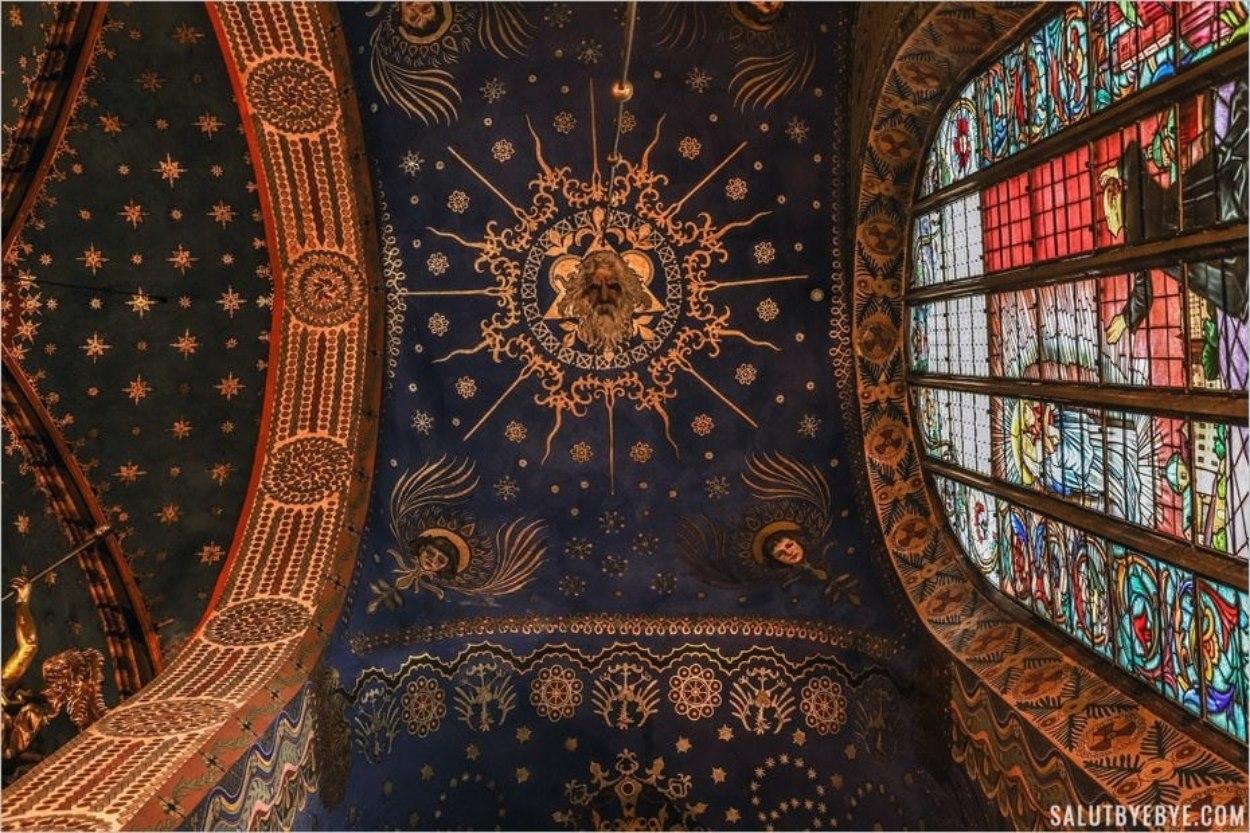 Le plafond d'une chapelle de la basilique Sainte-Marie de Cracovie