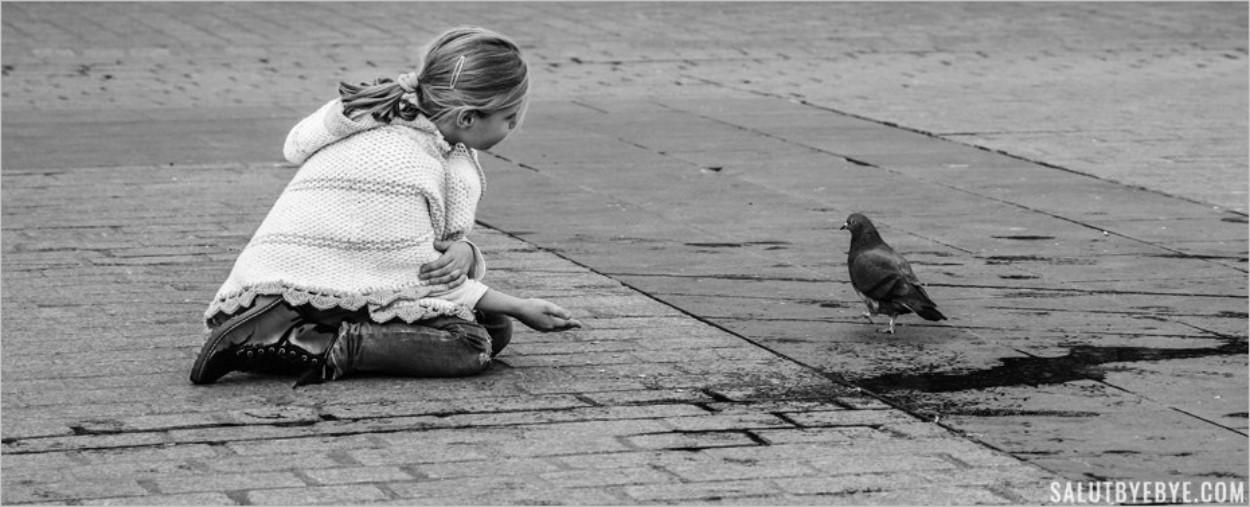 Petite fille avec un pigeon