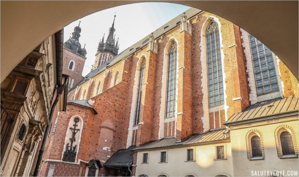 Les tours de la basilique depuis la place Mariacki de Cracovie