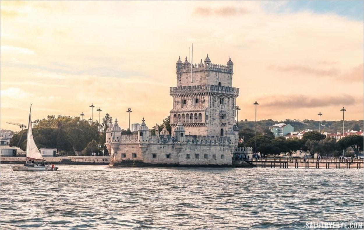 Tour de Belém au coucher du soleil sur le Tage