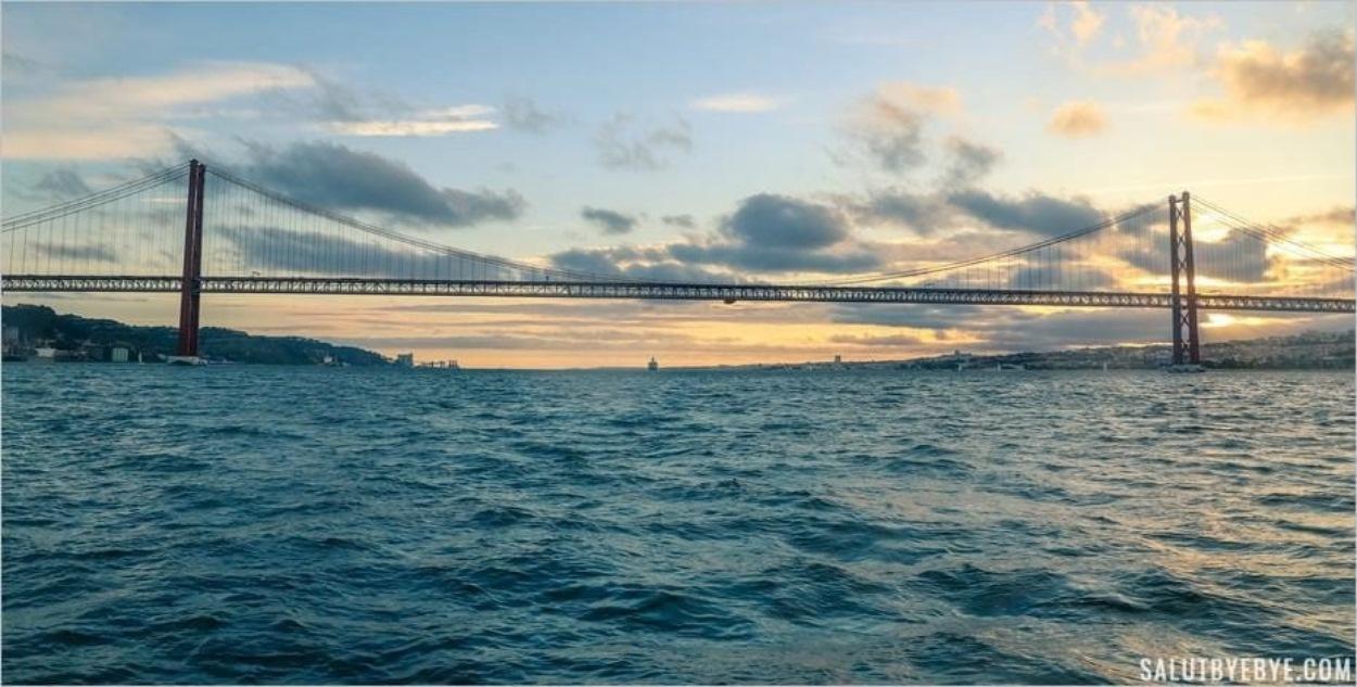 Le pont du 25 avril lors d'une croisière sur le Tage à Lisbonne