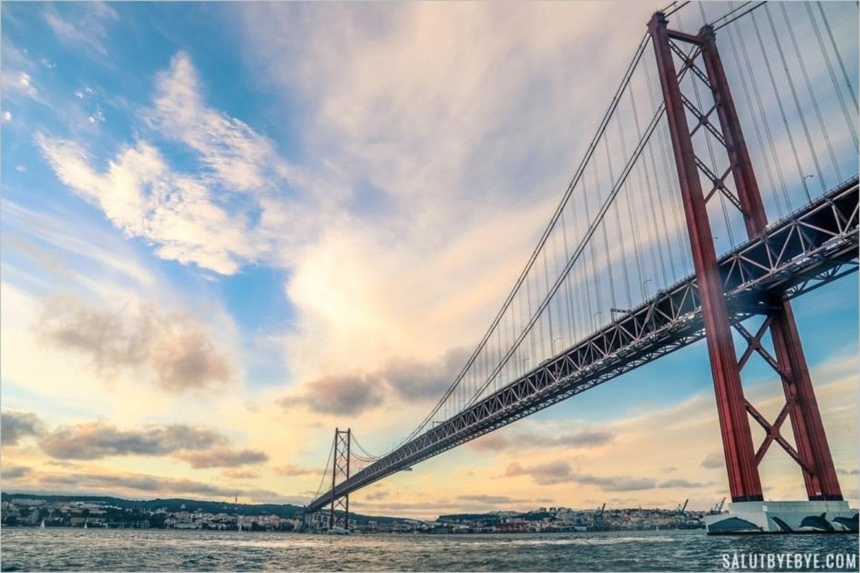 Pont du 25 avril au coucher du soleil