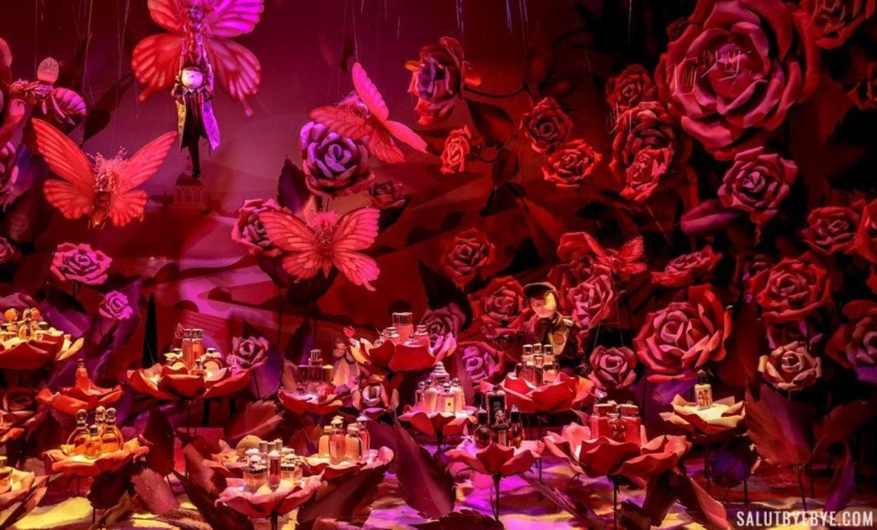 Champ de roses dans les vitrines du Printemps Haussmann