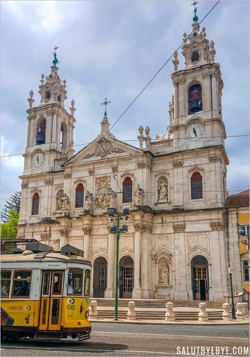 Le tramway jaune devant la basilique da Estrela
