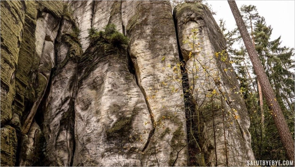 Inscriptions noires sur les rochers