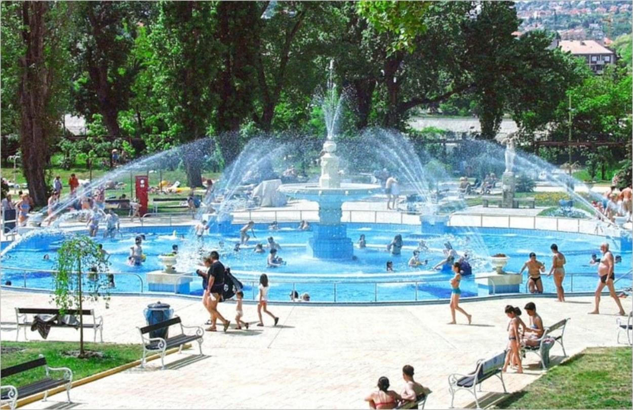 Jeux d'eau et baignade pour tous au parc Palatinus