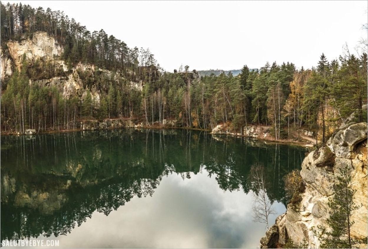 Le lac à l'entrée du parc d'Adrspach Teplice